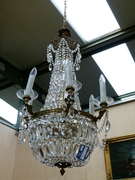 A gilded bronze and cristal lamp.